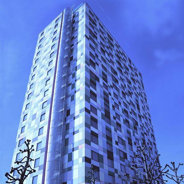 Tensta Torn, ett höghus med studentbostäder som Belatchew Arkitekter tagit fram tillsammans med Åke Sundvall, står nu färdigt för inflyttning och invigs den 22 april tillsammans med lokala artister och företagare som Adam Tensta, Jireel, Street Stars Sisters samt Tensta Kvinnocenter.  Läs mer: http://news.cision.com/se/belatchew/r/tensta-torn-pa-plats,c2243637  #tenstatorn #tensta #nybyggnation #bostad #bostäder #residential #höghus #highrise #stockholm #skyscraper #belatchew #belatchewarkitekter #student #studenter #studentbostad #studentbostäder #housing #studenthousing #adamtensta @therealfakeadamtensta